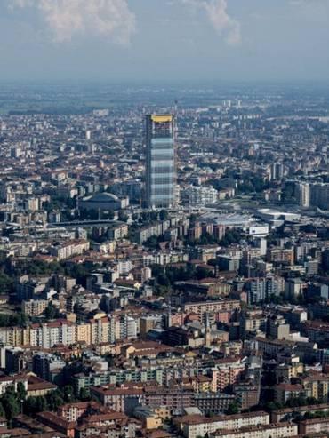 La torre Isozaki emerge sulla distesa di tetti di Milano