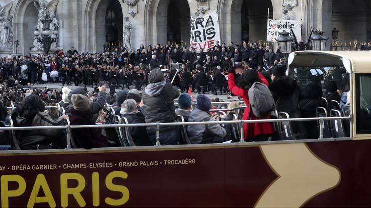Turisti immortalano lo sciopero dei lavoratori del teatro