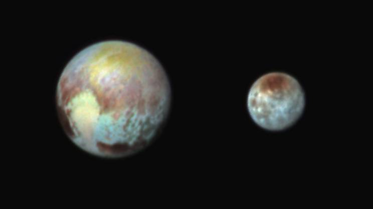 Blu e rosso predominano su Plutone