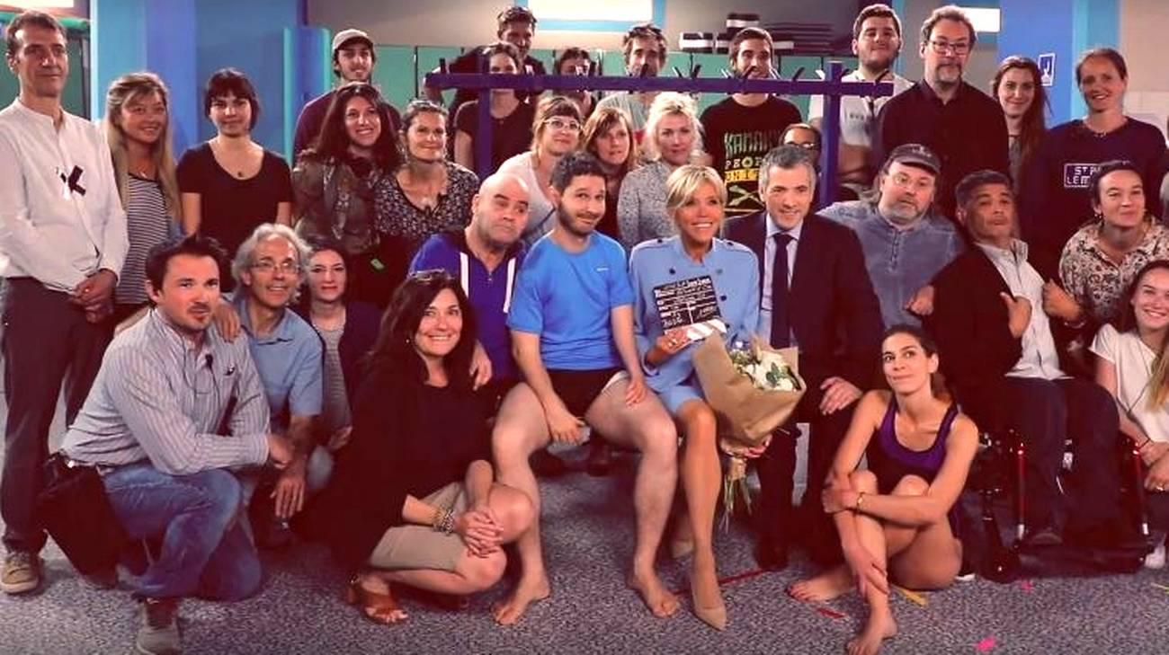Brigitte Macron nello spogliatoio di Vestiaires con tutta la troupe della serie