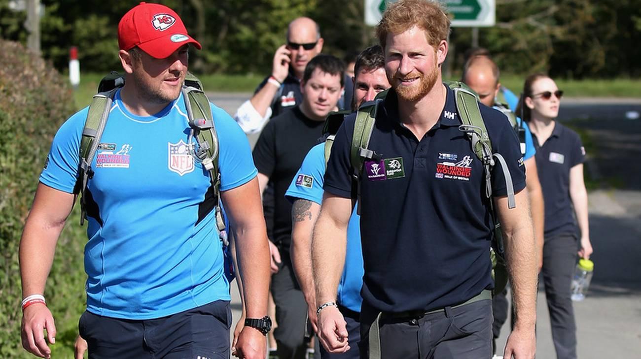 Harry in cammino con gli ex commilitoni