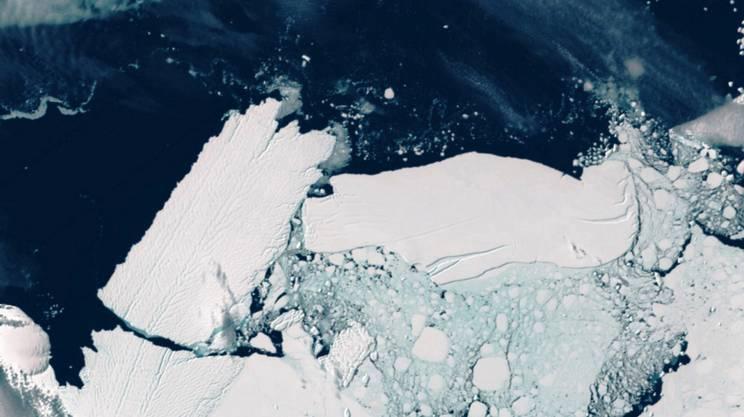 A sinistra l'iceberg staccatosi nel 2010