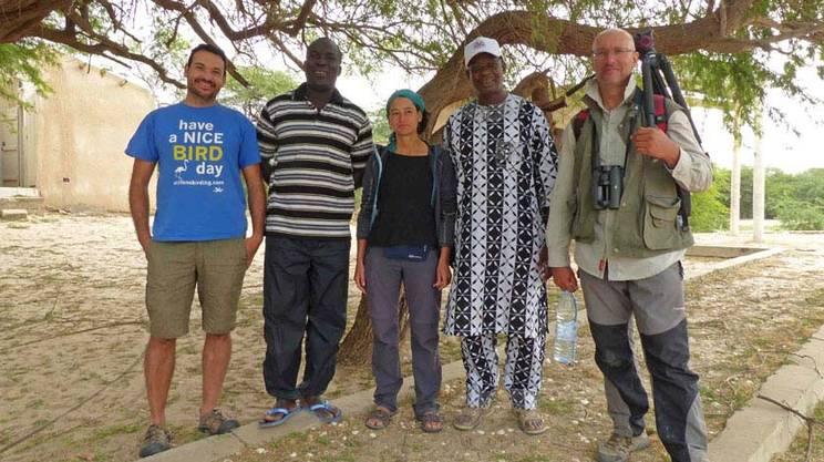 Da sinistra a destra: Rafa Benjumea, Moussa Fall (Parco nazionale della Langue de Barbarie), Blanca Perez, Issa Sylla (storico direttore della struttura senegalese) e John Wright, autore della foto del Falco
