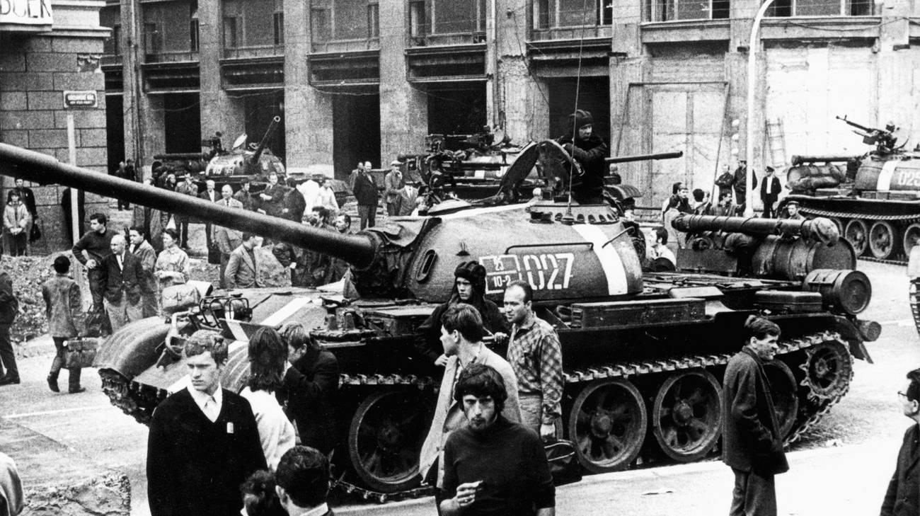 Carri armati sovietici nelle strade di Praga il primo giorno dell'occupazione, il 21 agosto 1968. Il 20 agosto 1968, le truppe dell'URSS, della Polonia, dell'Ungheria, della Bulgaria e della RDT occuparono la Cecoslovacchia. Così la