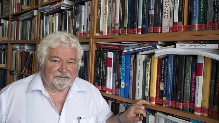 Petr Pithart, giornalista e professore di diritto all'Università Carlo IV di Praga, lasciò il Partito comunista cecoslovacco dopo l'invasione sovietica nell'agosto 1968.