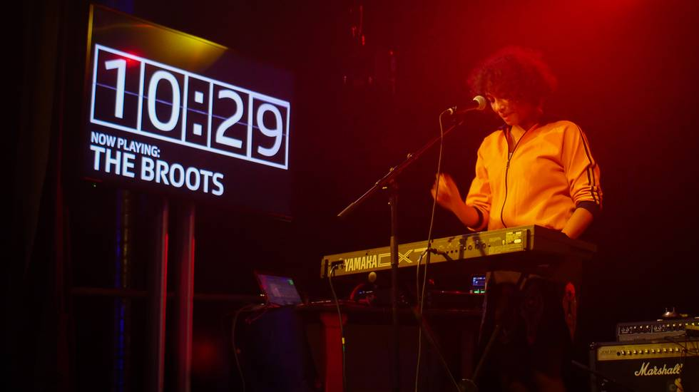 8x15. - The Broots live a Coira