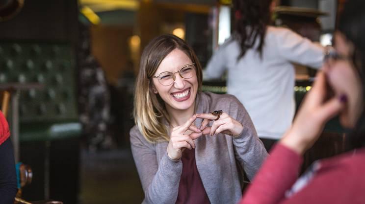 Amiche al bar, conversazione con la lingua dei segni, sorde