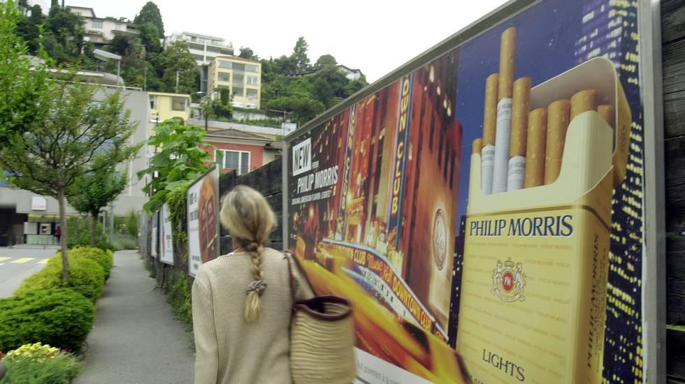 Ascona, Affissioni stradali, campagne pubblicitarie sul fumo, cartellone pubblicitario raffigurante le sigarette americane