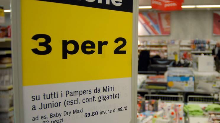 Azioni articoli alimentari, un cartello che annuncia un'azione 3 per 2 in un supermercato