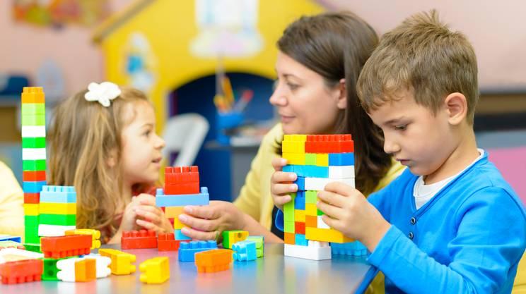 Bambini che giocano all'asilo,mamma, giochi di società, lego