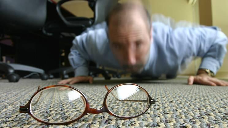 Cadere, Occhiali da vista, Ufficio, Pavimento, Uomini, Affari