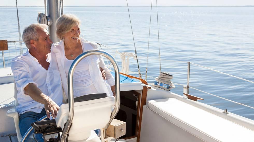 Felice coppia Senior vela Yacht o di una barca a vela, iniziare un hobby a tutte le età