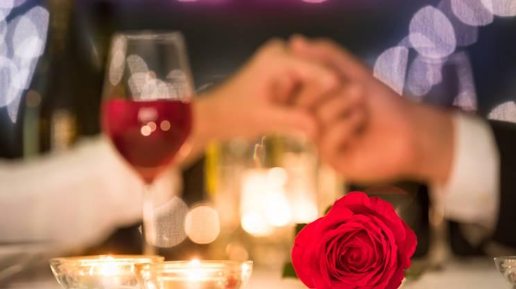 corteggiamento, donna, uomo, mani, ristorante