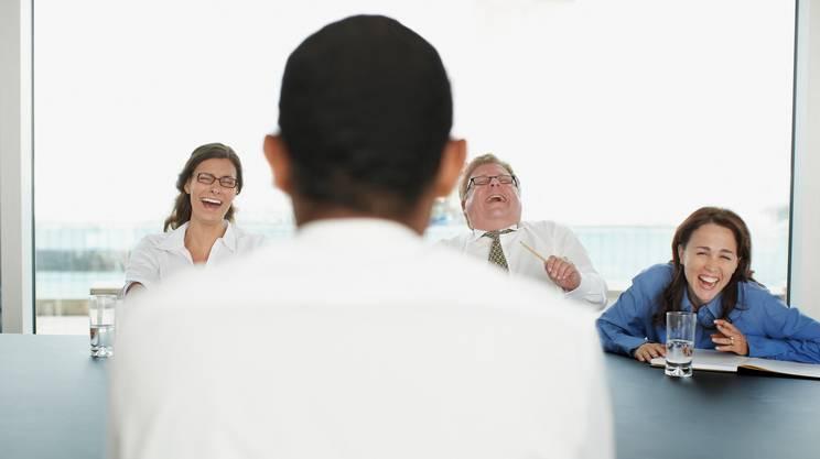 Gli operatori ridere durante una riunione in una sala conferenze