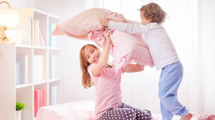 Lotta con cuscino, Pigiama, Camera da letto, Letto, Bambino, Ragazzine, Stili di vita, Lottare