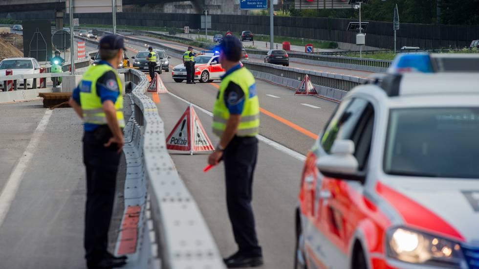 Mendrisio: esercitazione di polizia con simulazione di incidente sull'autostrada A2 all'altezza dello svincolo di Mendrisio