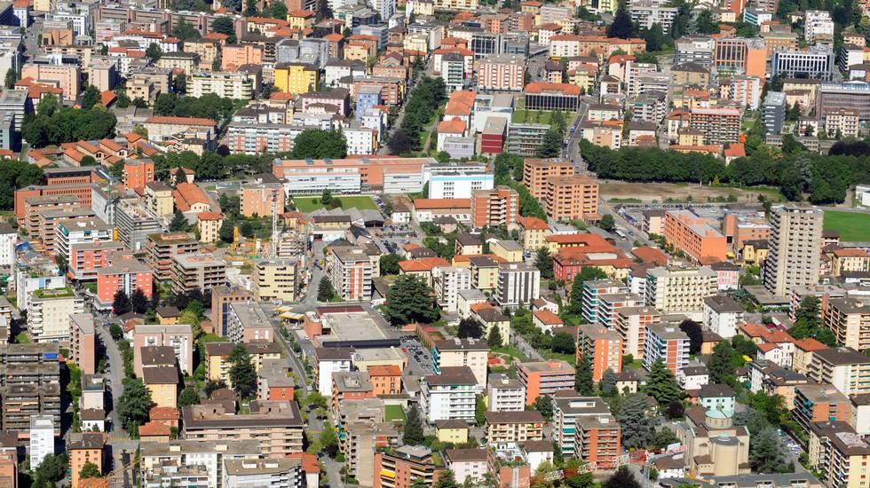 Panoramica di Lugano, urbanizzazione palazzi d'appartamenti a abitazioni.