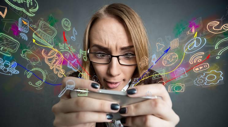 Ragazza geek, smartphone, mail