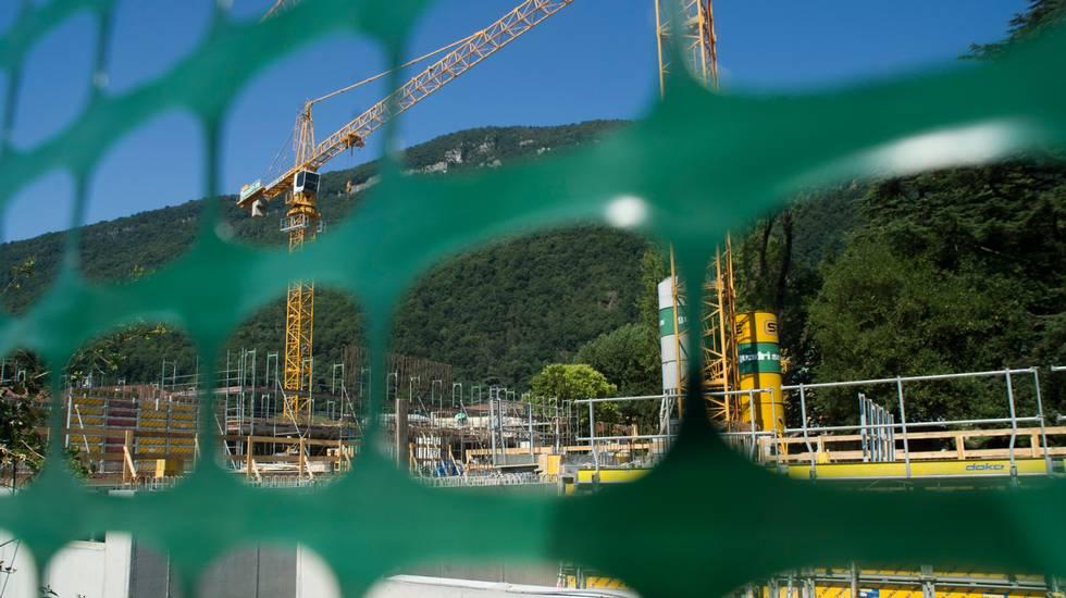 Ticino: edilizia, cantiere per la costruzione di un edificio a Riva San Vitale