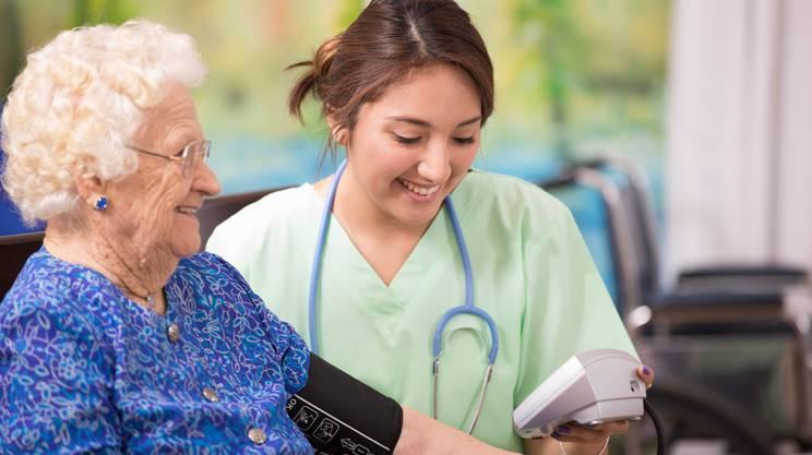 Casa medico infermiera controllo pressione arteriosa della donna anziana