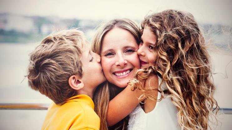 Mamma con i figli, baci e abbracci Madre, Bambino, Figli, Baciare, Abbracciare una persona