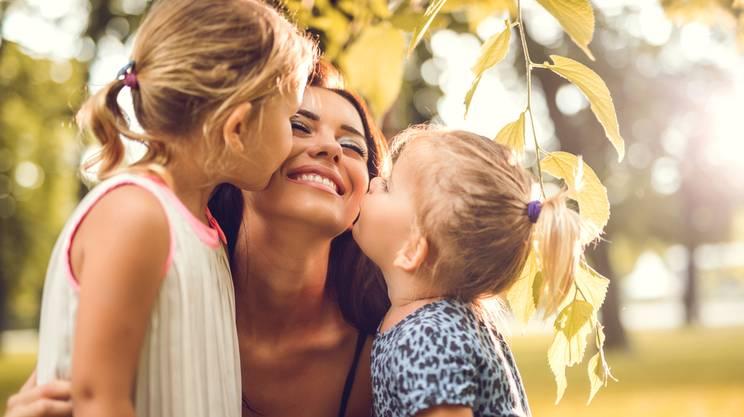 baciare mamma, figlie