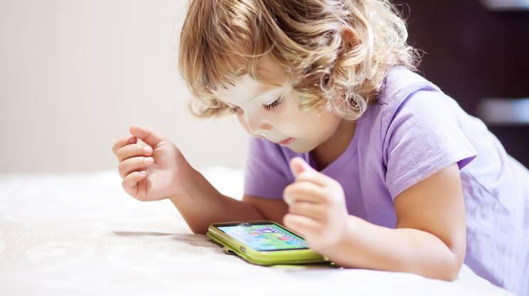 bambina, smartphone, cellulare, giocare