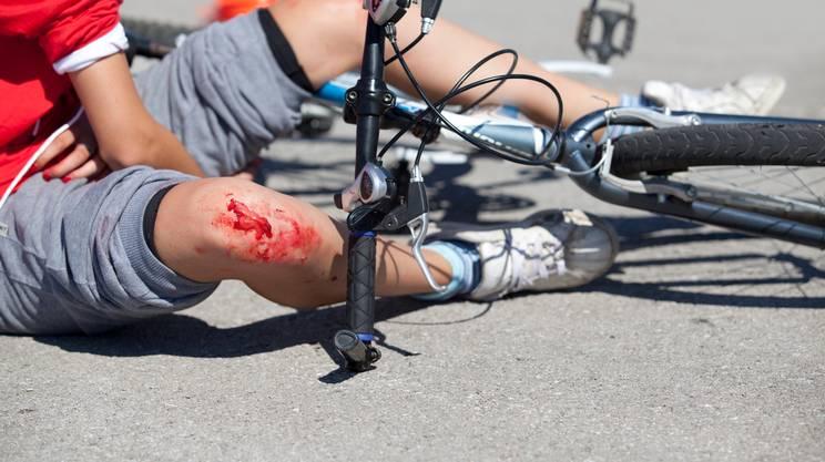 infortunio, bicicletta, cadere, farsi male