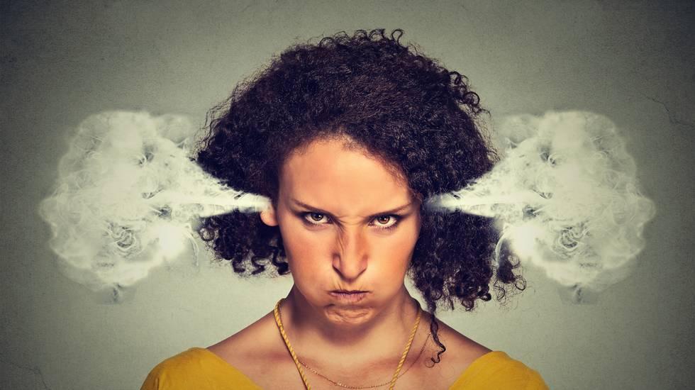 donna arrabbiata blowing vapore che le orecchie