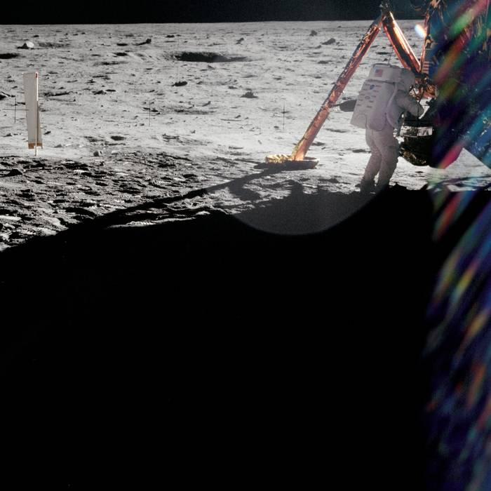 Come comandante di Apollo 11 Neil Armstrong fece gran parte delle fotografie della storica passeggiata lunare. Questa rara fotagrafia presa dal compagno Buzz Aldrin ritrae invece lo stesso Armstrong al lavoro vicino al modulo lunare Eagle