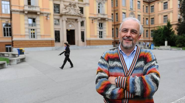 Giampaolo Cereghetti, direttore del liceo ritratto all'esterno del Liceo Lugano 1