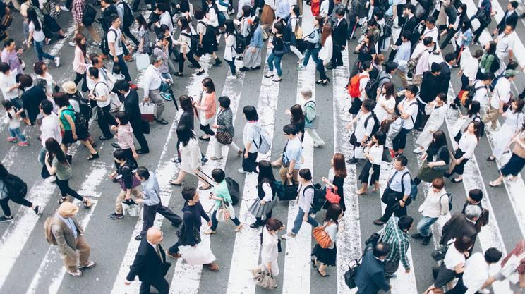 Gruppo di persone attraversano la strada