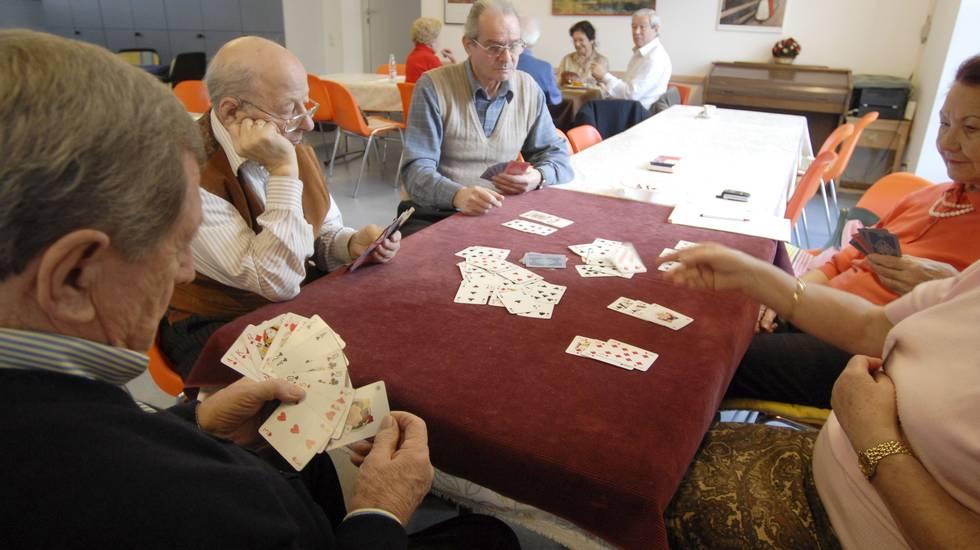 Lugano: alcuni anziani al centro ATTE di Lugano mentre passano il pomeriggio a giocare a scopa