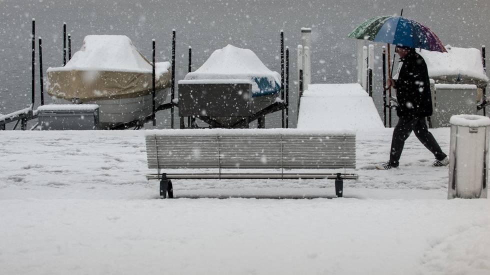 Paradiso: neve a basse quote. Lungolago di Paradiso innevato
