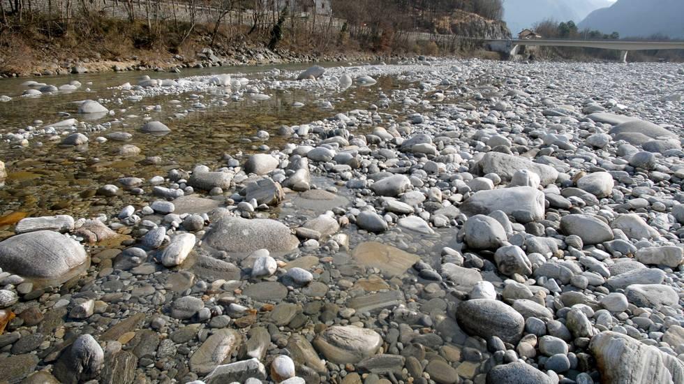 Nella foto il greto del fiume con la poca acqua che transita fra i sassi