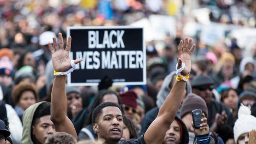 Migliaia di manifestanti sono scesi in strada sabato a Washington