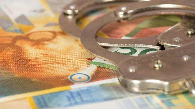 crimini economico-finanziari, soldi, manette