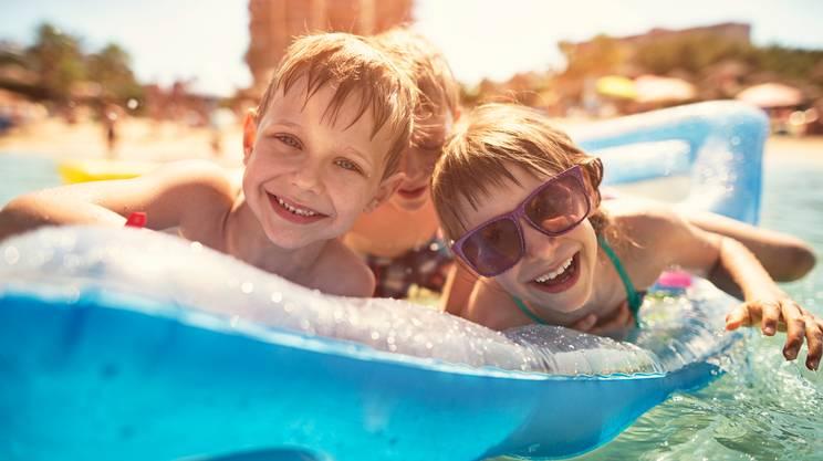 estate, mare, bambini, giocare, gommone gonfiabile