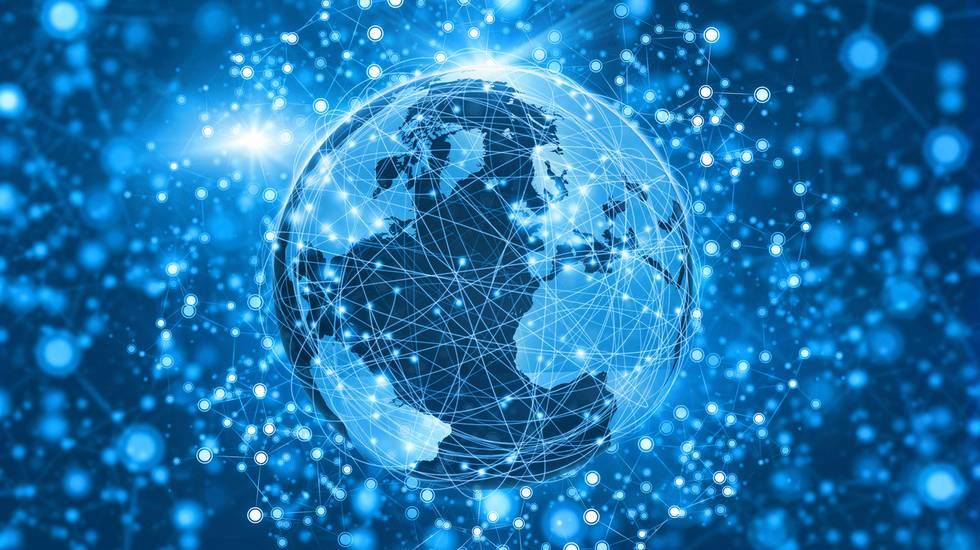 Mondo circondato da rete di comunicazioni estendere in blu spazio, globalizzazione mondiale
