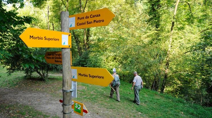 Parco Gole della Breggia: escursionisti percorrono un tratto del pratico e largo percorso pedonale che conduce lungo il tragitto del Parco