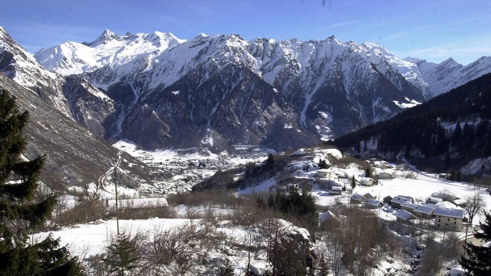 Valle di Blenio, veduta della valle dopo le forti nevicate degli scorsi giorni. Sul fondovalle Olivone e Camperio