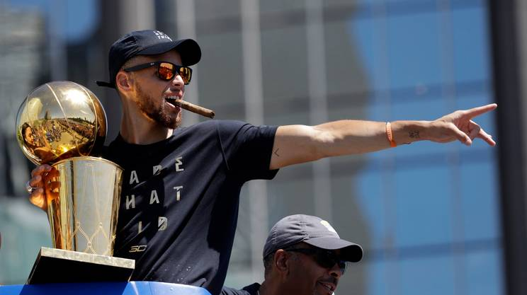 Golden State ricopre d'oro Stephen Curry