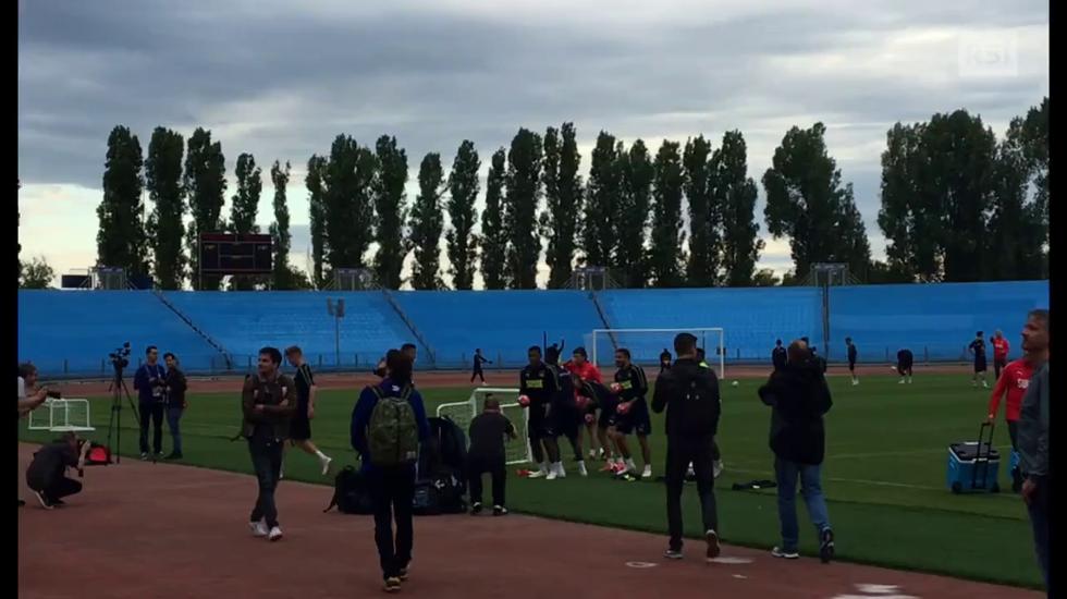 Mondiali, i giocatori regalano i palloni al pubblico russo (12.06.2018)