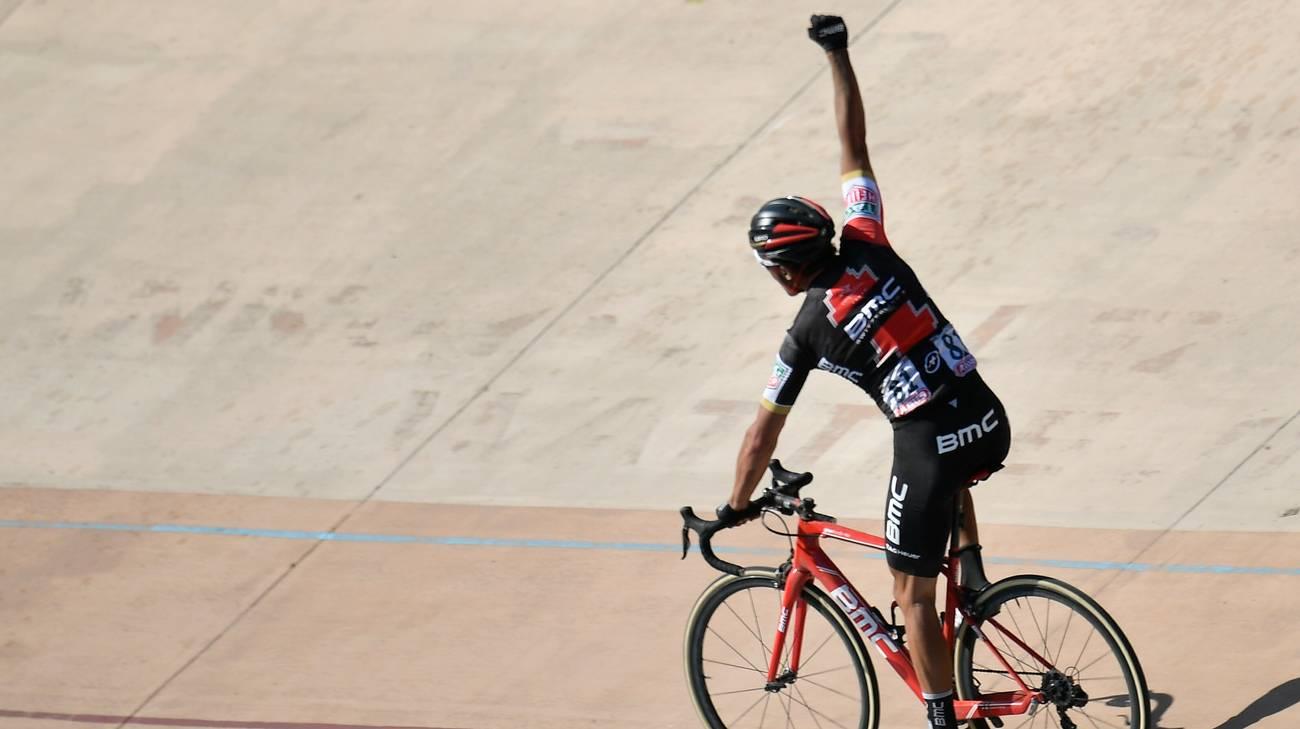 L'esultanza del belga nel velodromo di Roubaix