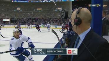 NHL, un puck vagante sfiora un giornalista e colpisce la telecamera in Columbus Blue Jackets - Tampa Bay Lightning (18.02.2019)