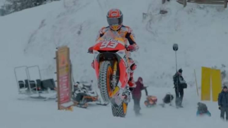 Marc Marquez, acrobazie sulla neve